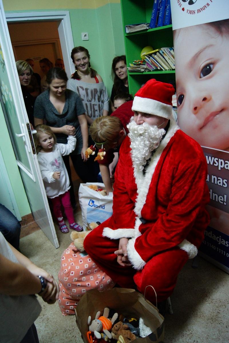 Wielkie kolędowanie z Mikołajem na Oddziale Pediatrycznym II